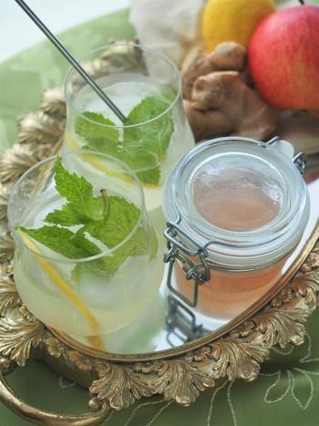 生姜と一緒に、皮付きの林檎を煮出して作るレシピです。林檎の皮から抽出されるほんのりしたピンク色を活かしたいなら、使うお砂糖はグラニュー糖がおすすめ。林檎が香るマイルドなジンジャーシロップが出来上がります。