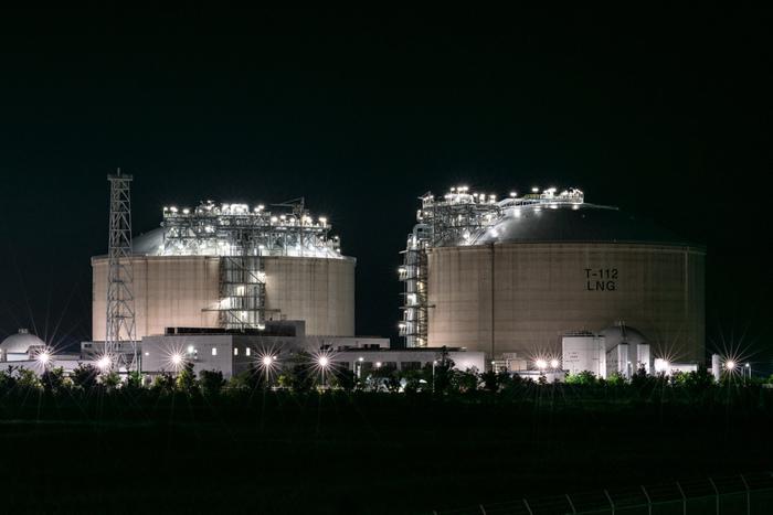 ひびきエル・エヌ・ジー(株)ひびきLNG基地は、私たちの生活に欠かすことができない天然ガスを供給するエネルギー供給所天としての役割を果たしています。高さ54メートル、外径約83メートルを誇る大型タンクが夜空に輝く様は壮観です。