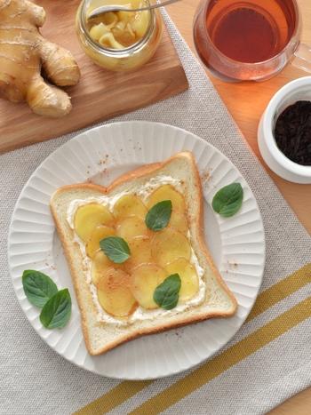 クリームチーズを塗り、ジンジャーシロップの生姜をのせていただくトーストです。生姜とクリームチーズのコラボが斬新!さらにシナモンがあれば、香りのアクセントにひと振りしてみて下さい。