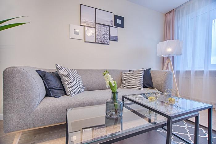 お家のインテリアを夏仕様にするなら、まずメインカラー(ソファーやカーテンなど面積が大きいアイテムカラー)の配色を涼やかなものにしてみましょう。  たとえば、こちらは見た目に涼やかなグレーやネイビー、インディゴ、透け感のあるホワイトの雑貨を使っています。  見た目だけでもお部屋が少し涼しく見えませんか?