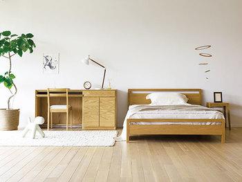 ベッドフレームは、やっぱり木製が一番!あたたかい感じが伝わってきますね。背の低いベッドは、部屋を広く見せてくれる効果にも期待できます。スッキリした印象が、ナチュラル×北欧スタイルにもよく合います。