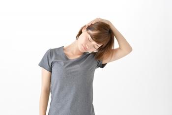 首こりも肩こりの原因になります。まずは首からリラックスさせていきましょう。頭を倒す角度は気持ちのよい伸びを感じる場所までにし、痛みが出る所まで倒さないようにしましょう。