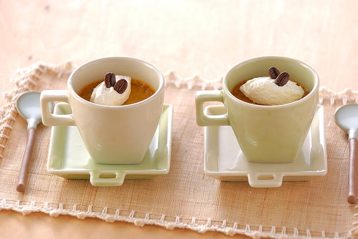 コーヒーはゼリーやムースだけではなく、「プリン」の風味付けにも◎。コーヒーならではの、ちょっとほろ苦い大人な味わいが美味な一品です。プリンの器にもこだわって、素敵なカフェタイムを演出してみませんか?