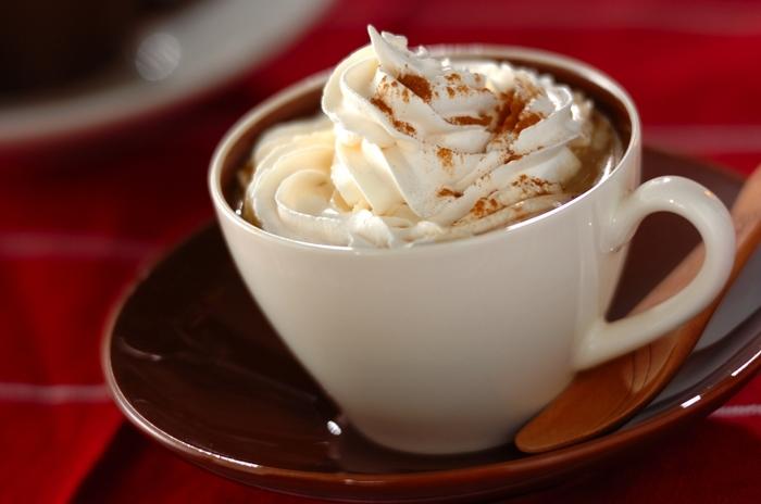 「夏でも温かいコーヒーが飲みたい」という方のために、ここからはホットアレンジコーヒーをご紹介します♪こちらは牛乳とホワイトチョコレートを加えたコーヒーに、生クリームとシナモンをトッピングしたまろやかな味わいの「ホワイトチョコレートモカ」。おしゃれなホットドリンクと一緒に、素敵なおうちカフェの時間を過ごしてみませんか?