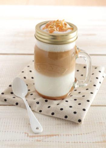 こちらはコーヒーにミルクとキャラメルソースを加えた「アーモンドキャラメルラテ」。香ばしいローストアーモンドと、泡立てたふわふわのミルクが絶妙なアクセントに。2層に分かれたコーヒーとミルクがとっても綺麗ですね。おしゃれなハンドルジャーに盛り付ければ、おうちでカフェ気分が味わえますよ♪
