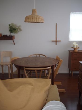 ゆったりソファがある部屋でも、動線が確保しやすいのが丸テーブル。微妙な位置に設置したとしても、部屋になじんでくれます。  こちらは、丸テーブルとイスの色は異なりますが、どちらもいい感じに木目の深みが増したような色合い。それぞれの良さが引き立ち合っています。