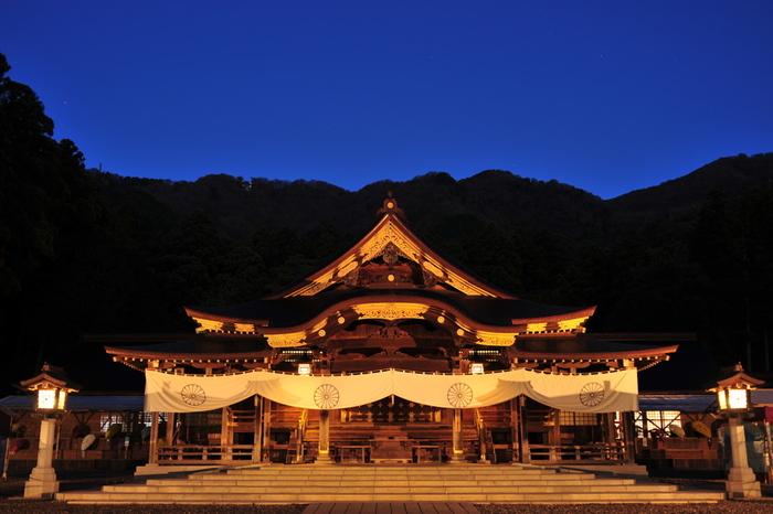 弥彦公園に立ち寄ったら、併せて縁結びのパワースポット「彌彦神社(いやひこじんじゃ)」へ。  弥彦山を背に、樹齢400年を超えるスギやケヤキに包まれたこの地は、昔から「おやひこさま」と呼ばれ、地域の方々に深く信仰されてきました。  境内には、お願い事を唱えて持ち上げると成就するかも?と言われる「火の玉石」や、「恋守」をはじめとするさまざまなお守りなど、パワースポットならではの楽しみがいろいろあるのも見どころですよ*