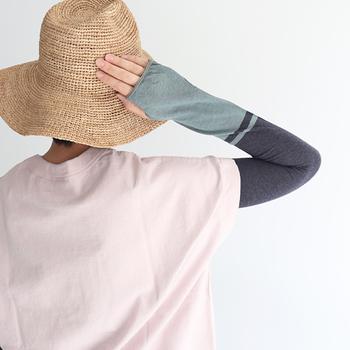 暑がりだけど紫外線が気になる…という場合は、ロングタイプのアームカバーもおすすめです。Tシャツなど半袖に身に着けるだけで、長袖インナー風に。着脱も楽ちんです♪