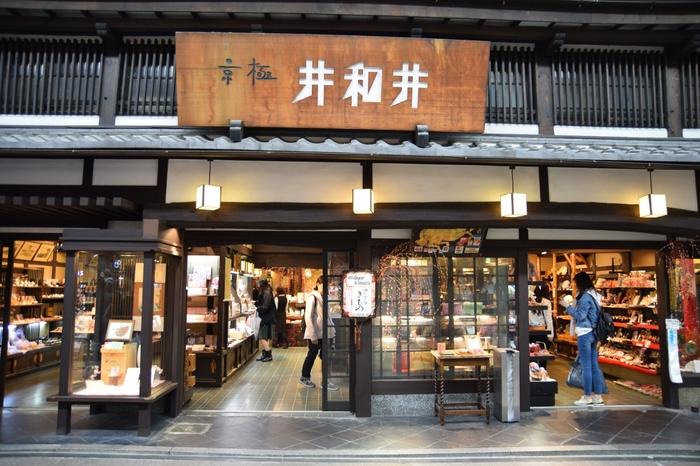 京都の繁華街、四条河原町からほど近い好立地にある「京極井和井」。定番のちりめん和雑貨はもちろん、気品漂う格調高い西陣織、日常使いできる小物など伝統と新しさを融合させたオリジナルの手工芸品が取り揃えられています。 いろいろなな京和雑貨が並んでいるので、お土産を探すのにピッタリのお店です。