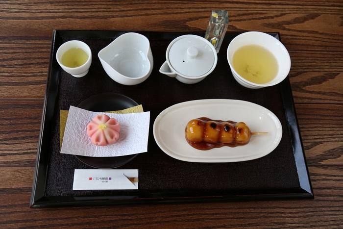 こちらは、煎茶と季節の練り切りとお団子がセットになった名物「伝説セット」。なんと世界緑茶コンテストで菜講金賞を受賞したお茶を使っているそう。