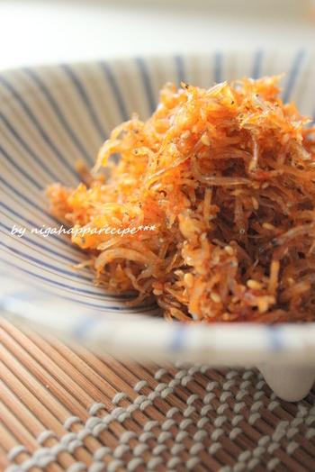 にんにく&ごま油の風味が食欲をそそる韓国風じゃこふりかけ。ピリッとした辛さが、やみつきに…。暑い季節は冷奴にのせて食べても美味しく頂けます。