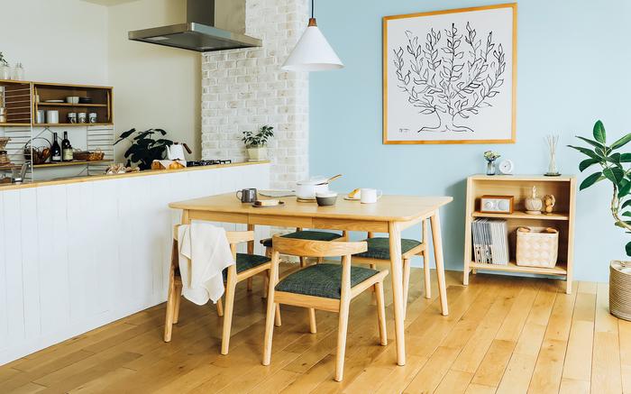 まずは、コーディネートするお部屋の壁紙や床のカラーを確認し、どんな色の組み合わせにするか考えるところから始めましょう。あれこれ考える時間も楽しみのひとつにしましょう。