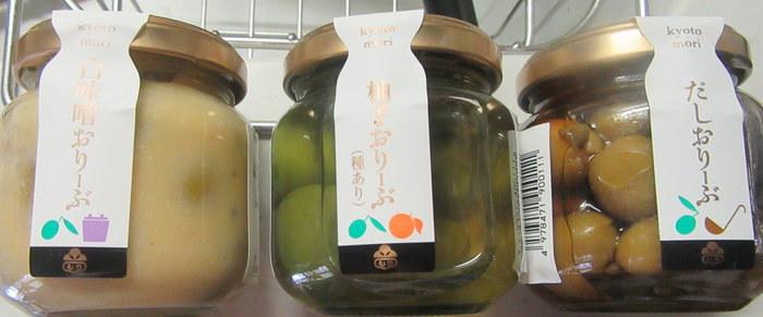 定番のお漬物が美味しいのはもちろんですが、こちらでおすすめなのが「京おりーぶ」。その名の通りオリーブをお漬物にした商品です。最近では少し変わった野菜を使ったお漬物が人気ですが、「京おりーぶ」は白味噌や柚子、和風だし、酒かす、キムチなど一風変わった数種類のフレーバーが並びます。お酒との相性も抜群でお箸が止まらないほどやみつきになるお味なんです。