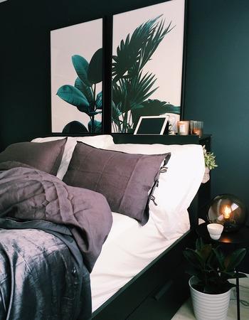 寝室に夏らしいボタニカルなグラフィックを取り入れた空間。  特に、窓が小さめのベッドルームには、ベッドのヘッドボードに大きめのグラフィックを取り入れてみるのがおすすめです。  配色がやや重ための空間ですが、ヘッドボード部分に窓があるような錯覚効果が得られます♪  大きなボタニカルグラフィックがあると、ちょっとしたリゾート気分も楽しめますね。