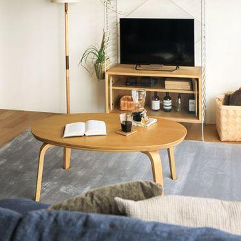 机は木製のものを選びましょう。シンプルさを意識すると、どうしても直線的なアイテムばかりになるので、柔らかい雰囲気になる円形タイプがおすすめです。