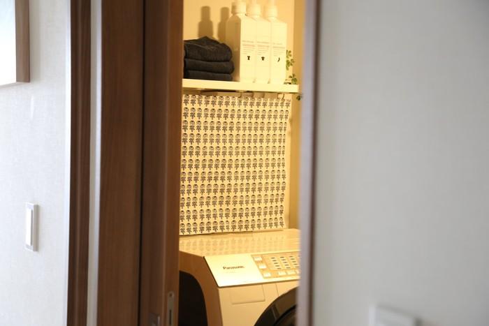脱衣所は、とにかくシンプルに。白やグレーで統一して清潔感を出しましょう。北欧柄もモノトーン系がおすすめ!グリーンを入れると、おしゃれ感がアップしますね。