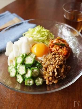 オクラや納豆、長芋など頼もしいネバネバ食材を組み合わせた冷やしうどん。つるつると食べやすいのもいいですね。冷凍うどんなら、電子レンジでもOKです。