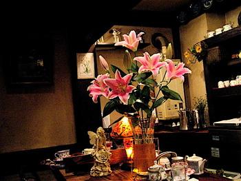お店の中を見渡すと、あちこちにたくさんの花が生けられています。季節に合わせて定期的に飾り変えられているそうです。ちょっぴり薄暗い店内を、明るく華やかにしてくれますね。