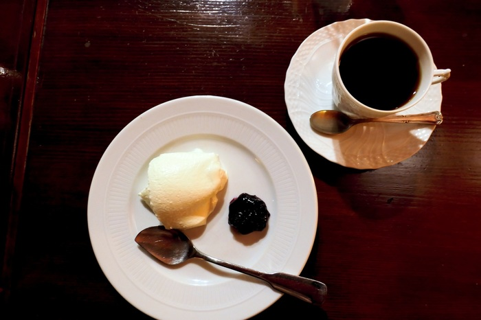 コーヒーは丁寧にネルドリップで淹れてくれます。おかわりは割安になるサービス付き。手作りのケーキは、レアチーズケーキがおすすめ。プルプル・弾力の新食感がたまりません!