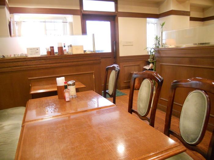 """扉を開けると、""""これぞ喫茶店""""というような昭和レトロな空間が広がります。明るく開放的で、落ち着きのあるお店です。"""