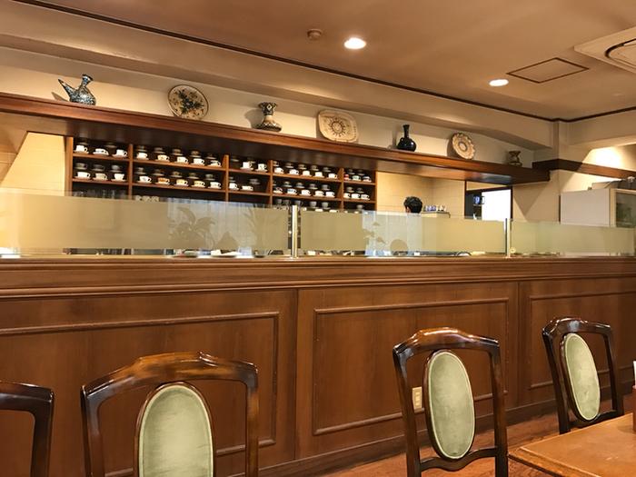 カウンターの方に目を向けると、きれいに並べられたカップたちが。飾られているアンティーク食器も、レトロな雰囲気とよく合って素敵ですね。