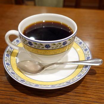 コーヒーは自家焙煎。挽き売りもあります。入口には、価格が安くなる本日の珈琲のご案内も。レトロなカップもかわいいですよ。どんな柄のカップが運ばれてくるか、楽しみですね♪