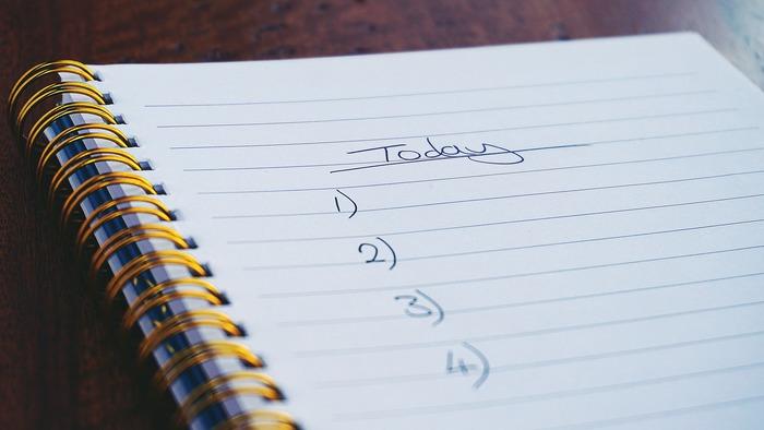 思いつくまま、手当たり次第に仕事をすると、無駄が多くなって疲れる元。事前に優先順位をつけておけば、1日の仕事の流れも把握しやすく、作業がスムーズに進みます。