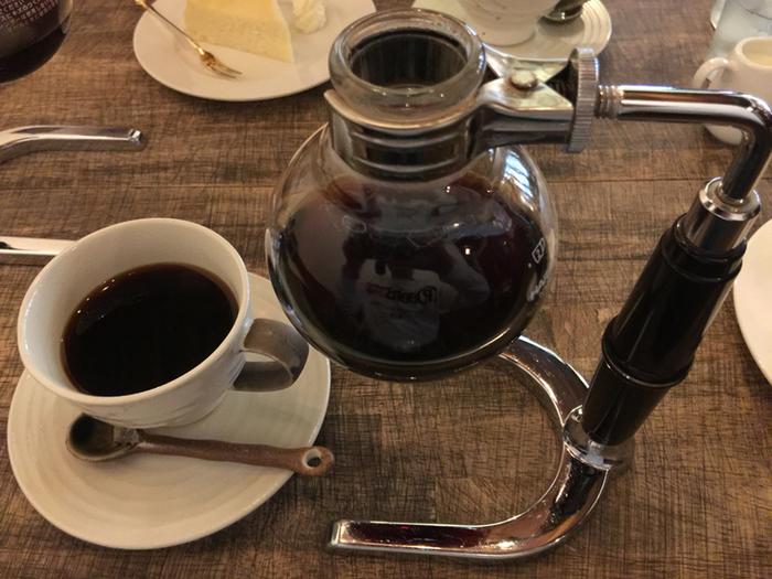店名に「珈琲」と入っていることもあり、コーヒーには強いこだわりがあります。注文するとサイフォンのまま提供されます。たくさん並んでいたのも納得です。まずは定番の「文明ブレンド」からいただきたいですね。