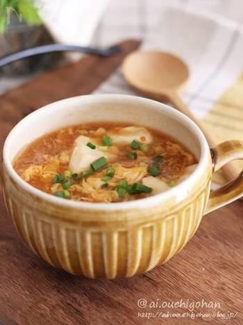 【麻婆風ピリ辛スープ】 豆腐、もやし、蒸し大豆。具材がたっぷり入ったスープは、豆板醤を入れて中華風にピリ辛に仕上げるのがポイント。熱々のスープが夏バテも冷えも吹き飛ばしてくれそうですね。