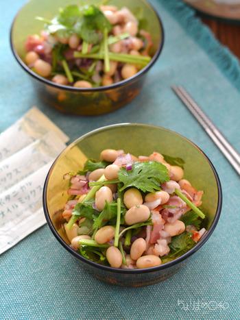 パクチーがエスニックな風を運んでくれるサラダは、夏にぴったりの一品。ビールや白ワインともよく合いますよ。