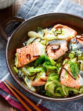 鮭やキャベツなどを重ねて調味料を加え、電子レンジにかけます。味のポイントは、塩昆布とバター。うまみとコクがたっぷり感じられるメインおかずです。