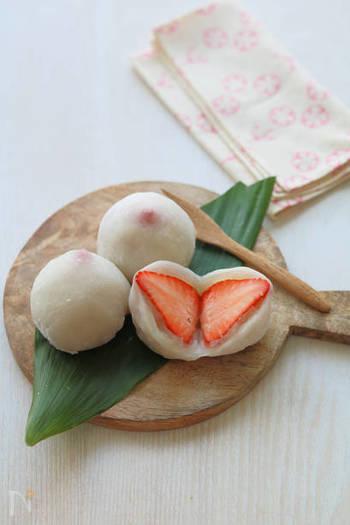白と赤が可愛らしいいちご大福にグリーンのかいしきを添えると、赤いいちごの色味がより強調されます。