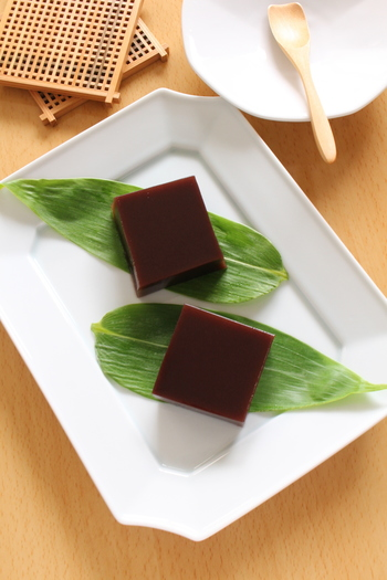 水羊羹の透明感のある黒に笹の葉がよく合っています。この色合いの組み合わせは定番ですよね。