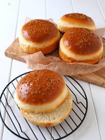 捏ねも発酵も不要なのに、ふわふわに仕上がるハンバーガーバンズです。少ない材料で手軽に作れるのも嬉しいポイント。