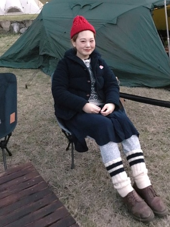 11月12月になると、すっかり冷え込んできます。暖かいダウンジャケットやレギンス、靴下などでしっかり防寒したコーデです。赤いニット帽がコーデのアクセントになっていて可愛いですね!