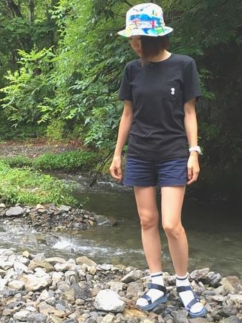 7月になると、サマーキャンプなどで川や海に出かけることが増えます。ショートパンツやスポーツサンダルなら、水に入るのもへっちゃらですね。汚れが目立たないダークカラーのファッションに、カラフルなハットをプラス。夜になると冷えるので、レギンスや替えのボトムスを持っておきましょう。