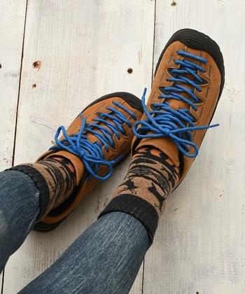 足元は特に重要です。キャンプではテントに出入りするので、脱ぎやすい靴がベスト。歩きやすいアウトドア用や登山用の靴がおすすめです。