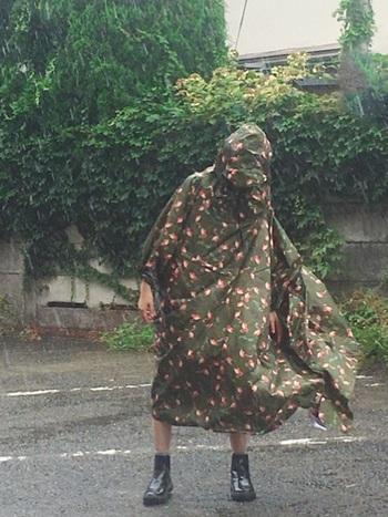 キャンプでは突然の天候不良の対策も必要です。体をすっぽり覆うレインコートがあれば雨を防ぐことができ、少しの防寒対策にもなるので一枚は持っておきましょう。