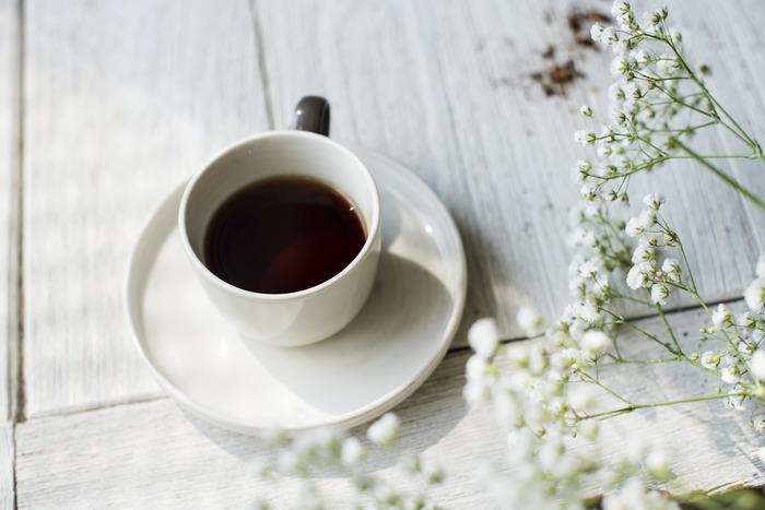 コーヒーに含まれるカフェインには、集中力を高める働きがあることがわかっています。また適度な糖分も脳へのエネルギー補給になるので、スイーツを一緒に摂るとさらに集中力が高められます。