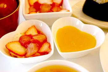 果汁100%のジュースに寒天を煮溶かし、粗熱が取れたらフルーツの果肉などを加え、冷凍庫へ。2時間ほど冷凍した頃が食べ頃です。