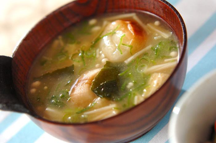 エノキのシャキシャキ食感が美味しいお味噌汁。お味噌汁に入れるキノコというと、なめこが定番ですが、エノキもお味噌汁の具としてとっても美味しいんです!食べ応え抜群のお味噌汁は、麩にお汁がたっぷりと染み込んで格別です。