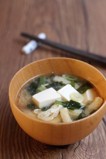 和食に欠かせないお味噌汁。豆腐とわかめの組み合わせは、定番中の定番。どこか昔懐かしい味わいです!忙しい朝だからこそ、ほっこりできる一杯を味わいましょう!