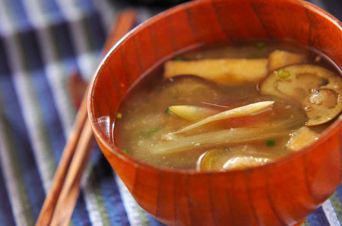 夏のお野菜がたっぷり入ったお味噌汁。茄子のトロリとした食感に香り高いミョウガが良く合います。油揚げを加えることでお味噌汁にコクがプラスされ、一層美味しい仕上がりに!