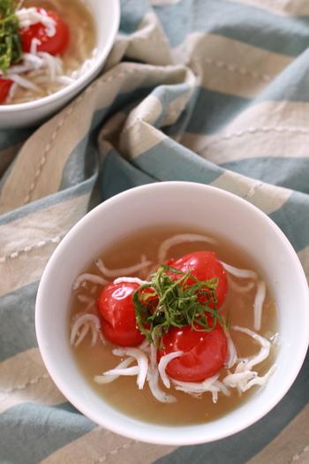忙しい朝にぴったり!レンジで作るお味噌汁はいかがでしょう!トマトの酸味とシラスがベストマッチ。シラスからいい塩梅にダシが出るので、お味噌を溶くだけで旨味が感じられる一杯に…。