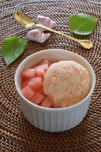 スイカとバニラアイスをミキサーにかけ、冷やします。淡いピンク色も綺麗ですね。夏ならではの味わいを満喫しましょう。