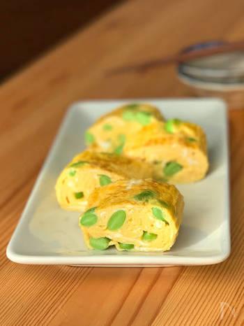 色鮮やかな枝豆の緑と卵の黄色で彩りよく仕上げた卵焼き。枝豆は冷凍のものを使うととっても楽ちん!生から茹でる場合には、塩をしっかり目に振り、少し柔らかめに茹でるのがポイントです。枝豆の優しい味わいをお楽しみ下さい!