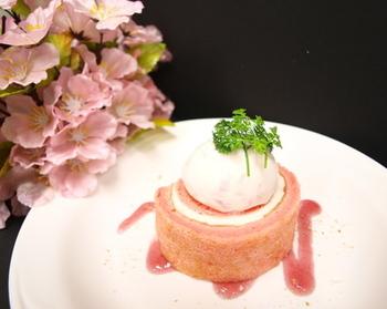 まずは桜アイスを作り、それをロールケーキに巻き込んだ、満足度の高いスイーツ。美味しさが2度楽しめ、贅沢な気分。