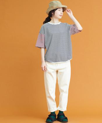 ナチュラルな雰囲気が可愛らしいコーディネート。袖の色が切り替えになったボーダーTシャツがおしゃれですね。さりげない靴下のグリーンもポイントです。派手過ぎない色味ながらも、個性を感じさせるアイテムで魅力的に仕上げています。