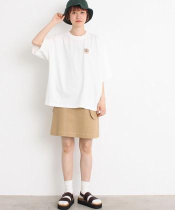 すっきりとしたミニスカートに、ビッグTシャツを合わせたメリハリコーデ。グリーンのハットがアクセントになっています。ミニスカートの注意点としては、痴漢などの危険を防ぐためにインナーパンツやレギンスなどをしっかり活用することをおすすめします。