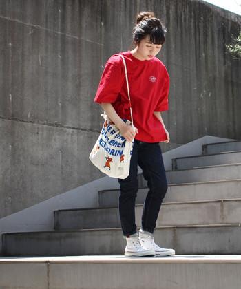濃いデニムに映える赤色Tシャツで、エネルギッシュでアクティブな雰囲気に。大きめTシャツにスキニーパンツを合わせることでスタイルアップ効果も◎ 原色は子供っぽくなりがちですが、パンツをダークトーンにすればバランス良くまとまります。
